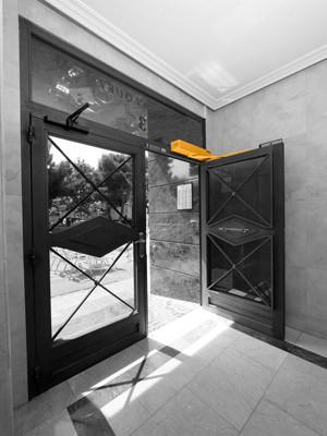 Instalación de puertas batientes automáticas
