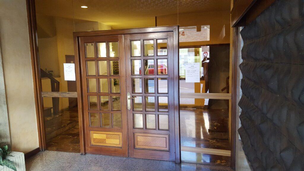 Puerta antigua (B) previa a la instalación de la puerta automática de Magaiz.