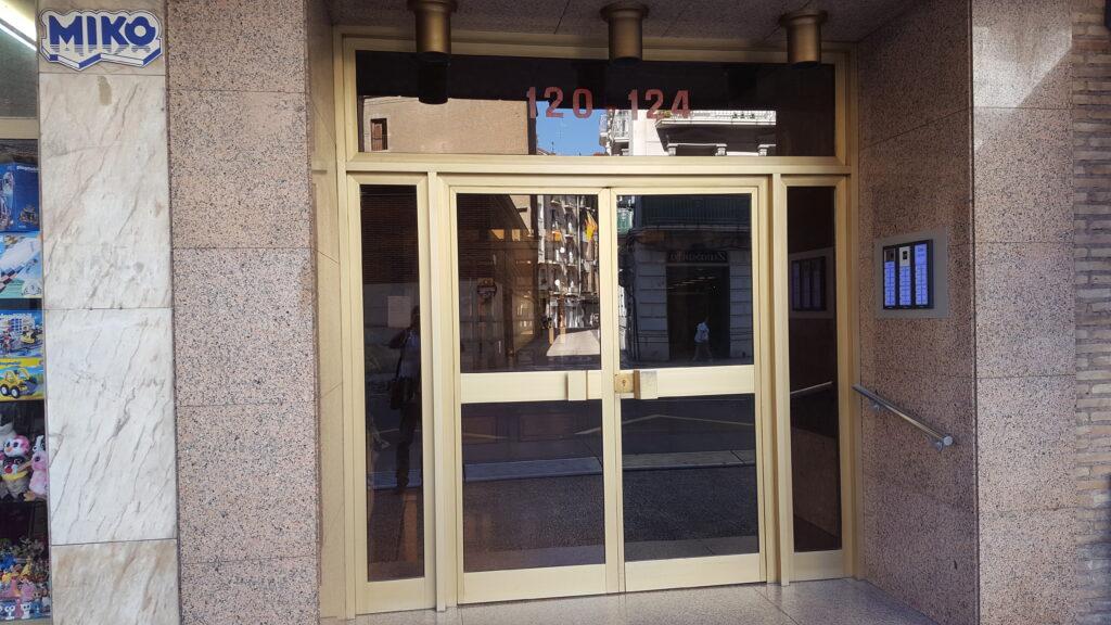 Puerta antigua (A) previa a la instalación de la puerta automática de Magaiz.