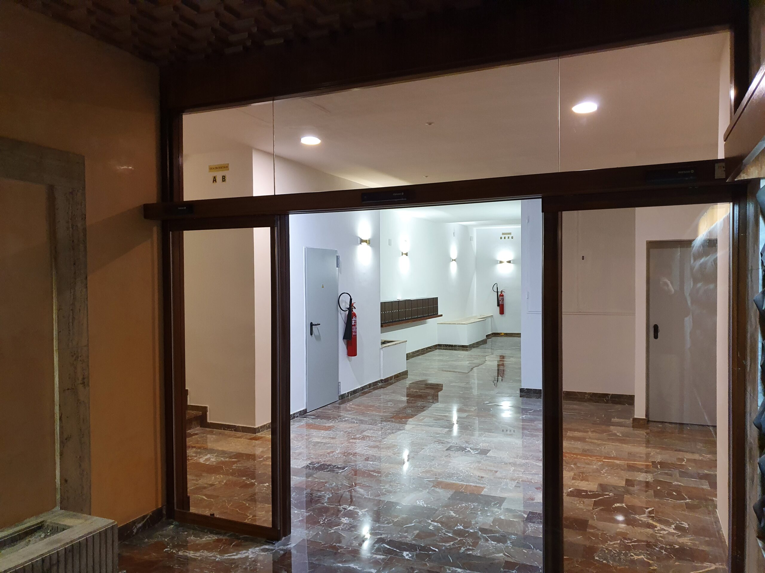 Resultado de la instalación de la nueva puerta automática por Magaiz.