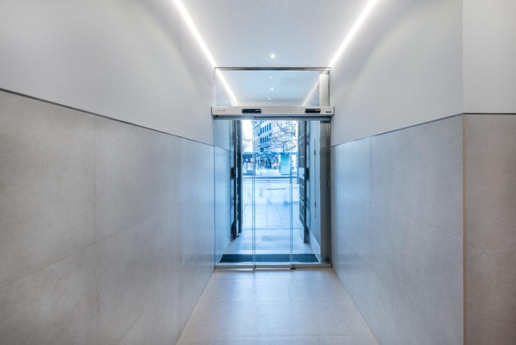 Nuevas puertas automáticas, vista desde el interior del edificio.